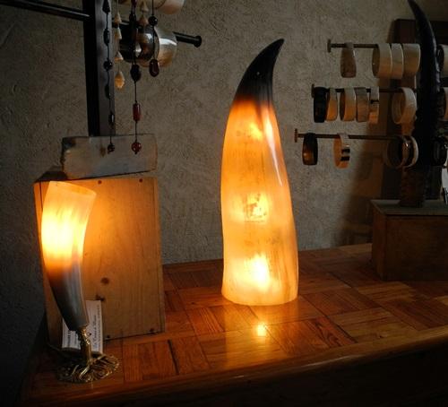 Retrouvez notre collection de luminaires en corne à l'atelier boutique